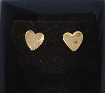 Small shiny heart studs