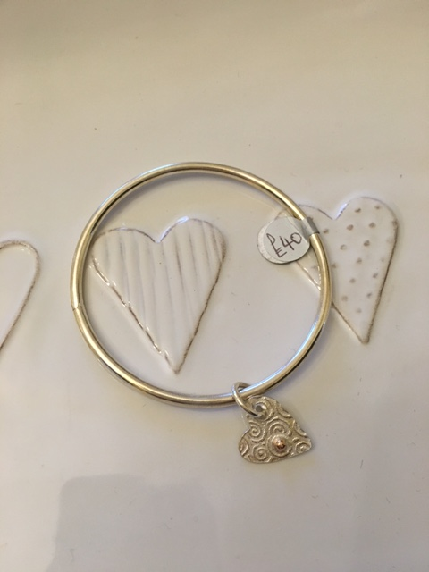 Single bangle with embossed heart charm